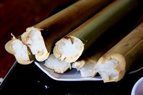 Cơm lam được nấu bằng loại gạo nếp nương có hạt nhỏ, thon dài. Sau khi nướng xong, bóc từng miếng tre nứa bên ngoài, bạn sẽ thấy phần cơm trắng nõn, dẻo và có mùi thơm phức. Vị ngọt, thơm của mật ong thấm vào miếng thịt ngọt, kèm theo vị cay của ớt kích thích vị giác khiến bạn ăn nhiều mà không thấy ngán. Địa chỉ gợi ý: Bạn có thể thưởng thức món ăn này tại các quán được nhiều người biết đến ở đường Phạm Ngọc Thạch, Hàn Thuyên với giá khoảng 250.000 đồng. Ảnh: Mr True.