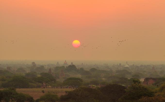 Đón bình minh ở Bagan, Myanmar được xem là một trong những trải nghiệm nhất định phải thử trong đời. Từ tháng 10 đến tháng 2 năm sau, hàng nghìn du khách từ khắp nơi trên thế giới rủ nhau về cố đô Bagan để chiêm ngưỡng khoảnh khắc này.  Giữa vùng đồng bằng rộng hơn 100 km2, những ngôi đền cổ mờ ảo dần hiện lên dưới ánh mặt trời rực rỡ. Thời gian này, nhiệt độ về đêm luôn lạnh và sáng sớm sẽ có sương phủ.