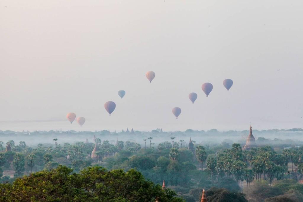 Sau khi chiêm ngưỡng khung cảnh bình minh ngoạn mục, du khách có thể thuê một chiếc xe đạp điện hoặc bắt một chuyến xe ngựa rồi rong ruổi trên những con đường đất đỏ, ghé vào một ngôi đền bất kỳ để tìm hiểu về văn hoá và đời sống của người dân Myanmar. Hầu hết ngôi đền lớn ở Bagan đều có người trông coi, người dân ở đây cũng rất gần gũi và cởi mở. Chiều về du khách có thể quay lại các ngôi đền, leo lên đỉnh tháp và ngắm mặt trời lặn.