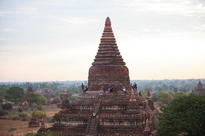 Shwesandaw và Shwegugyi là hai ngôi đền cao nhất Bagan được nhiều du khách tìm đến. Nơi đây còn sót lại khoảng hơn 2.000 ngôi đền được xây dựng từ thế kỷ 10 - 14 theo lối kiến trúc Mon. Nếu không muốn cảnh chen chúc đông người, bạn có thể ghé lại những ngôi đền thấp hơn và tìm cho mình một góc yên tĩnh để đón bình minh.