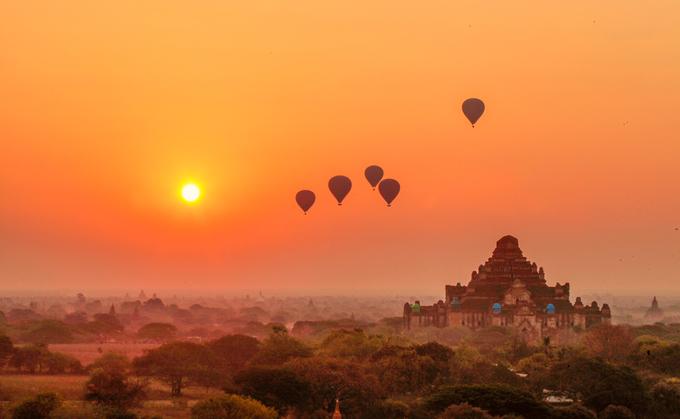 Mỗi người có một cảm nhận khác nhau về thứ ánh sáng kỳ diệu trên miền đất Phật. Với nhiều người đó là khung cảnh hùng vĩ khi mặt trời rực lửa dần ló dạng ở chân trời. Bức tranh Bagan cổ kính với những ngôi đền màu nâu đỏ ẩn hiện trong những tán cây xanh rờn dần hiện lên sau lớp sương mù bồng bềnh.