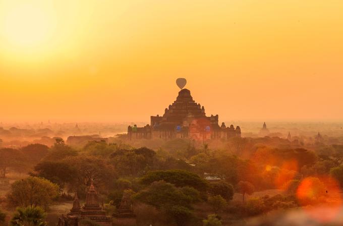 """Số khác lại cảm thấy bình yên khi lặng ngắm những ngôi đền cổ ngày ngày tắm mình trong thứ ánh sáng nhuốm màu huyền bí này. Một nhiếp ảnh gia Thái Lan nói cứ cách 3 tháng ông lại quay về Bagan để chụp ảnh. """"Mỗi mùa, khung cảnh lại mang một vẻ đẹp khác nhau, nhưng thứ ánh sáng rực rỡ, hoài niệm ở Bagan thì không bao giờ thay đổi. Điều khiến tôi tiếc nuối nhất ở đây là chưa bao giờ tôi được ngắm trăng tròn từ những ngôi đền. Sau thời gian mặt trời lặn, du khách buộc phải xuống đền và ra về"""", nhiếp ảnh gia chia sẻ."""