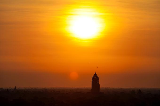 Nhiều du khách cho biết họ có thể thấy mặt trời ở đây không chỉ thay đổi về kích thước, vị trí mà màu nắng mỗi lúc cũng một khác. Khi mới ló dạng, mặt trời sẽ có màu hồng nhẹ rồi chuyển sang màu da cam và vàng rực khi lên cao.  Có hai thứ khiến bình minh Bagan trở nên đặc biệt. Đó là vầng mặt trời to tròn đỏ rực và nét cổ kính, ma mị trên vùng đồng bằng rộng lớn với những ngôi đền nghìn năm tuổi lặng im như thách thức thời gian.