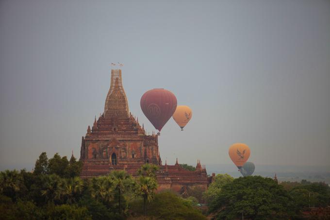 Một trải nghiệm đặc biệt du khách nên thử khi đến Bagan là ngồi khinh khí cầu ngắm bình minh. Từ tờ mờ sáng, những chiếc khinh khí cầu khổng lồ đã được thắp lên để phục vụ du khách. Giá mỗi lần bay khoảng 400 USD cho khoảng hai tiếng đồng hồ ngắm miền đất Phật.