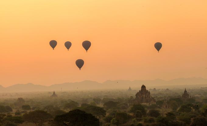 Khi mặt trời đã lên cao, du khách có thể nhìn rõ những con đường đất đỏ chạy vòng vèo dưới các tán cây um tùm. Nhiệt độ ở Bagan cũng thay đổi nhanh theo ánh mặt trời. Buổi sáng sớm thường lạnh và có sương giăng nhưng khi mặt trời đã lên qua đỉnh núi, trời bắt đầu nóng và khô hanh.