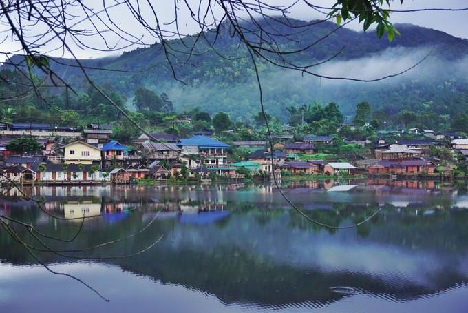 Nằm sát biên giới Thái Lan - Myanmar, làng Ban Rak Thai (hay còn được gọi là Mae Aw) không nổi tiếng đối với du khách quốc tế do di chuyển khá xa, nhưng với người Thái thì đây là một trong những điểm nghỉ dưỡng lý tưởng.