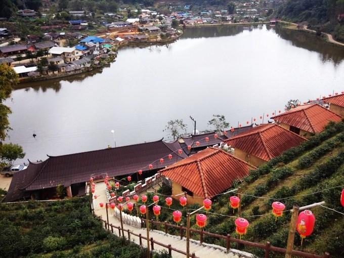 """Ngôi làng này là nơi mà nhiều người Trung Quốc (sống tại Vân Nam) di cư sang sinh sống nên hầu hết người bản địa đều rành tiếng Hoa. Bên cạnh đó, cách trang trí nhà cửa, resort cũng mang hơi hướng Trung Hoa, nên nhiều du khách đến đây lần đầu thường gọi nó là """"Phượng Hoàng cổ trấn"""" xứ chùa vàng do vị trí cạnh sông và nằm dọc theo triền núi."""