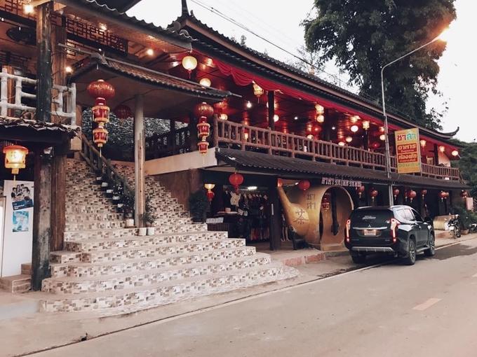 Không khó để bắt gặp những trà quán đậm chất Trung Quốc như thế này ở Ban Rak Thai. Lồng đèn đỏ và kiến trúc mái ngói thường thấy đôi lúc khiến bạn có cảm giác như lạc vào một thị trấn cổ nào đó ở đất nước đông dân nhất thế giới.