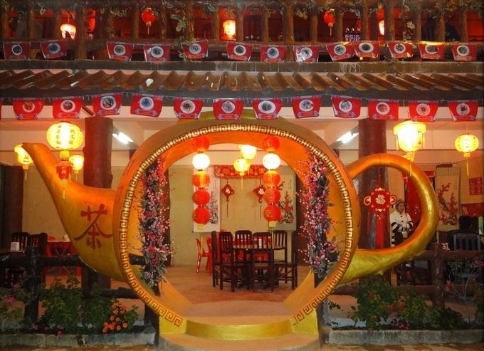 Trà là đặc sản ở đây, nên bạn có thể tìm thấy khá nhiều quán trà bên trong làng. Vì không nổi tiếng trên bản đồ du lịch nên không quá nhiều du khách đến Ban Rak Thai. Khí hậu miền núi mát mẻ là điều kiện hoàn hảo để thưởng thức ly trà thơm lừng.