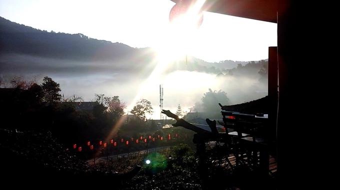 Đón bình minh từ trên núi, ngắm mặt trời dần nhô lên sau những lớp sương mù trắng xóa khiến tâm hồn bạn cảm thấy thư thái ngay lập tức. Để đến được Mae Aw, bạn bay đến Chiang Mai, sau đó bắt xe buýt đến Mae Hong Son (thời gian di chuyển tầm 5 -6h), rồi thuê xe máy hoặc đi taxi, bus đến Ban Rak Thai (đoạn đường tầm 40 km). Quãng đường đi khá xa và có thể gây mệt mỏi, nhưng bù lại, bạn sẽ được tận hưởng những giây phút yên bình ngay khi đặt chân đến.