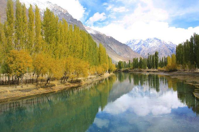 Mùa thu đang nhuộm vàng khắp bắc bán cầu, từ Á sang Âu, từ các thành phố hiện đại tới nông thôn, rừng núi xa xôi. Một trong những nơi hẻo lánh ở Nam Á cũng đang được mùa thu tô điểm thêm sắc màu rực rỡ là vùng rừng núi ở phía bắc Pakistan.