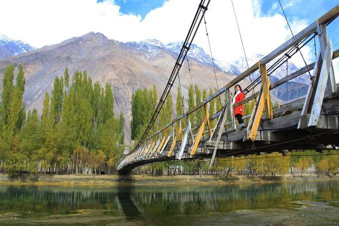 Cảnh sắc trên cây cầu bắc qua sông Phandar.
