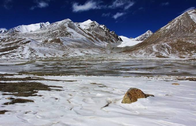 Trên đỉnh đèo Khunjerab, tuyết phủ trắng các triền núi.