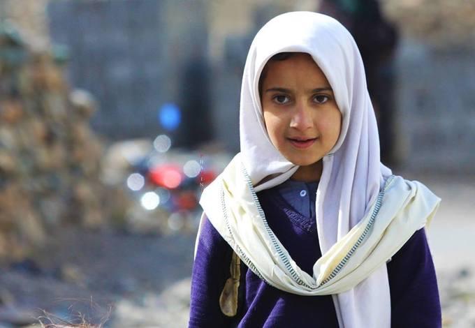 Một bé gái nhóm du khách gặp ở làng Shamaran trong hành trình của mình.