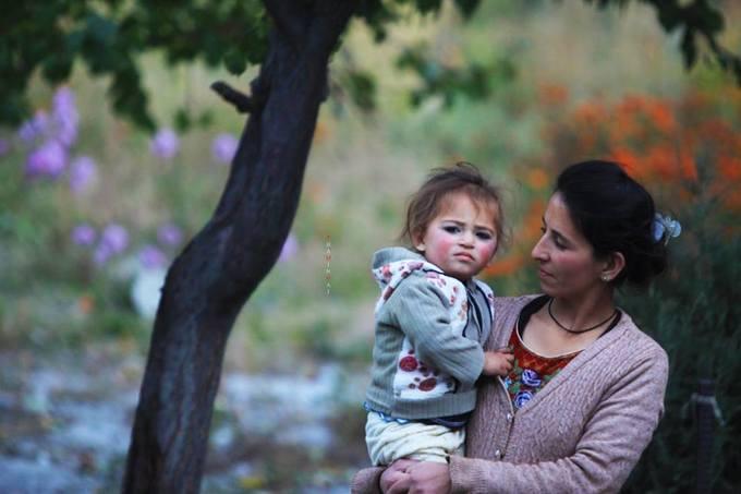 Một em bé ở làng Khyber, hai má đỏ ửng như trái táo chín.