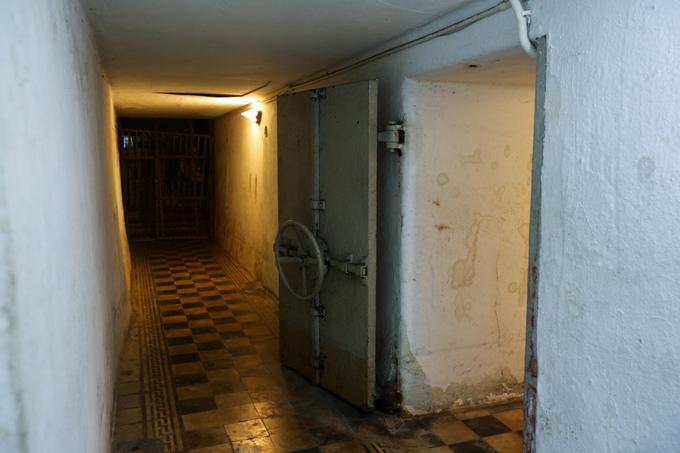 Hầm được đào sâu xuống đất 4 m, đúc bằng xi măng cốt thép với 170 kg sắt trên một m3 bê tông, có tường dày đến một mét. Theo thiết kế, hầm có thể chịu được các loại pháo và bom 500 kg.