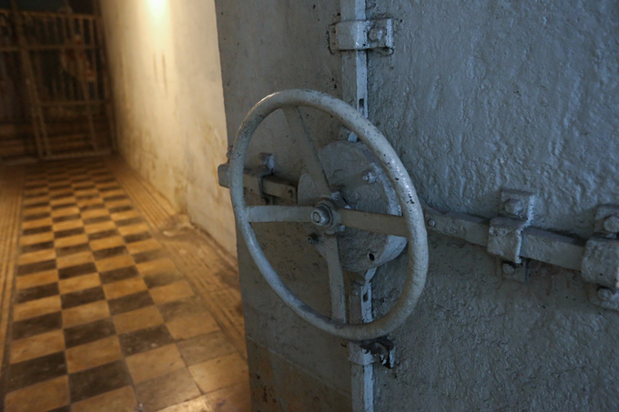Hầm có 6 cánh cửa sắt được đúc nguyên khối, có bánh lái để khóa, chốt sắt lớn để cài khi gặp sự cố.