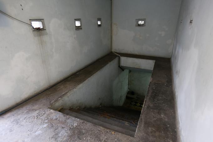 Nếu có sự cố, chỉ sau 5 phút các yếu nhân được đưa xuống hầm. Bên trong hầm đầy đủ hệ thống thông tin liên lạc kết nối bên ngoài.