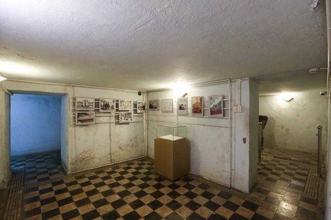 Tổng diện tích mặt bằng hầm khoảng 1.400 m2. Không gian được chia làm 6 phòng thông nhau qua các hành lang. Nền được tráng xi măng hoặc lát gạch hoa.
