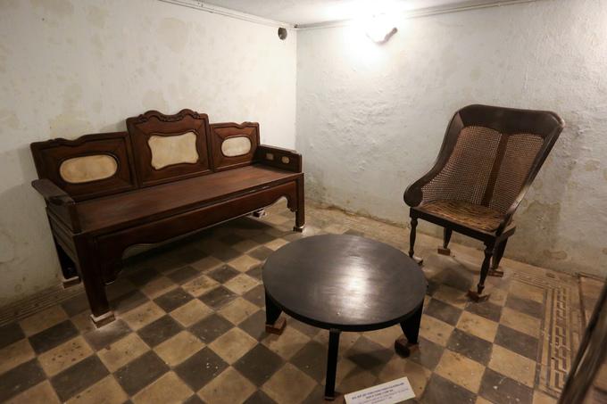 Phòng tiếp khách của Tổng thống Ngô Đình Diệm dưới căn hầm. Theo thiết kế, hầm có thể chịu được các loại pháo và bom 500 kg.