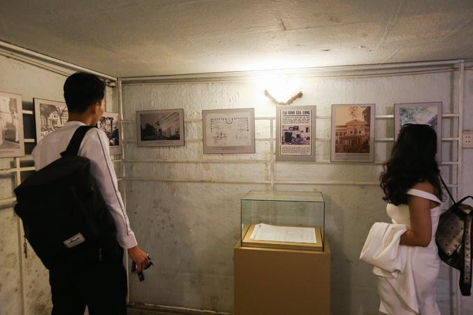 Hiện nay, phòng lớn được trưng bày nhiều ảnh về sự hình thành, phát triển của Dinh Gia Long.