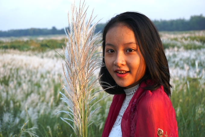 Hạnh Huyền (16 tuổi) bên chùm hoa lau vừa hái.