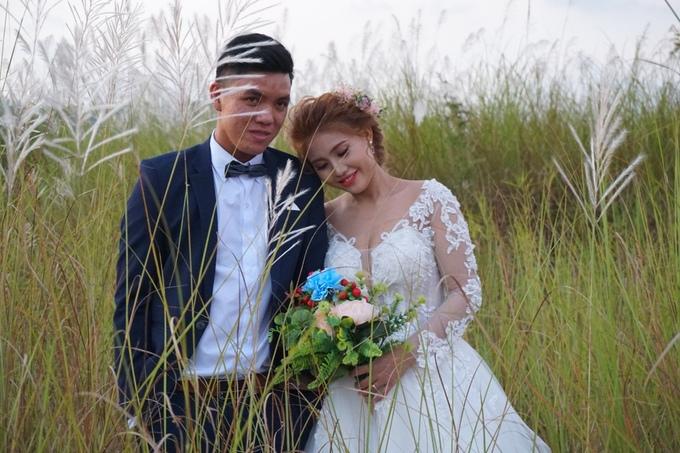 Một đôi bạn trẻ vẫn kiên nhẫn hoàn thành bộ ảnh cưới với hoa cỏ lau dù trời đã sẩm tối.