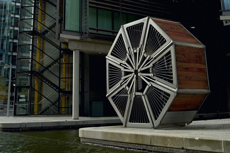 Hoàn thành năm 2005, cầu Cuộn ở thủ đô London, Anh dài 12 m và bắc qua kênh Grand Union ở khu vực Paddington Basin. Giống với tên gọi, cầu có thể uốn cong, cuộn tròn sang một bên khi tàu, thuyền cần lưu thông. Ảnh: Reddit.