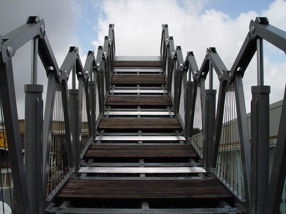 """""""8 đoạn thép và gỗ được ráp với nhau bằng bản lề để có thể cuộn lên cho đến khi 2 đầu cầu chạm nhau, tạo thành hình bát giác"""", Koen Kas, doanh nhân đến từ Bỉ, nói. Ông cho biết mỗi trưa thứ sáu, cây cầu lại """"nhào lộn"""" để đám đông chiêm ngưỡng. Ảnh: Heatherwick Studio."""