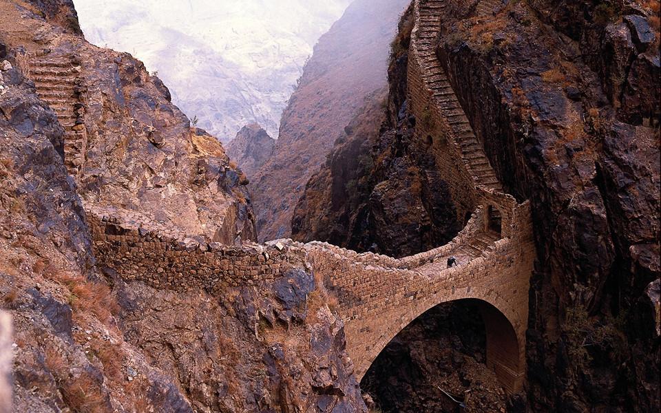 Nằm trên độ cao 200 m và có chiều dài 20 m, cầu Shaharah tọa lạc tại huyện cùng tên ở Yemen. Một số người cho rằng cầu được xây vào thế kỷ 17 bởi một lãnh chúa địa phương. Tuy nhiên, số khác lại chia sẻ công trình này được xây từ năm 1905, dưới thời trị vì của Imam Muhammad Yahya Hamid ed-Din. Ảnh: Getty.
