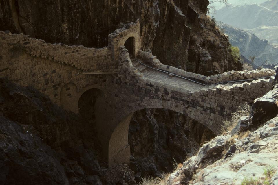 """Achilleas Vortselas, một kỹ sư cơ khí, nhận định: """"Không cây cầu hiện đại nào có thể so sánh với vẻ duyên dáng của những cây cầu vòm đá truyền thống. Cầu vòm đá thường thể hiện sự kiên cường của nhân loại. Con người vượt qua trở ngại về vật lý, thậm chí chỉ bằng những phương tiện kỹ thuật khiêm tốn. Cầu Shaharah tại Yemen là một trường hợp tuyệt vời chứng minh cho điều đó"""". Ảnh: Shutterstock."""