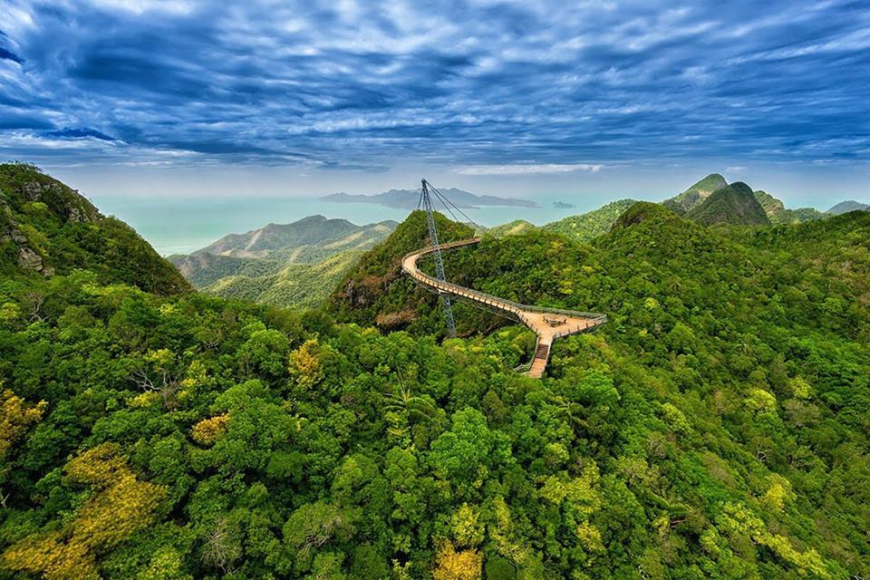 Langkawi Sky ở Malaysia là cây cầu dây văng dành cho người đi bộ dài 125 m, rộng 1,8 m và nằm trên độ cao 660 m trên đỉnh Gunung Mat Chinchang ở đảo Pulau Langkawi. Khi xây dựng cây cầu này, người ta phải chuyển vật liệu lên đỉnh núi bằng trực thăng và tốn nhiều năm để hoàn thành hệ thống công trình. Ảnh: Getty.