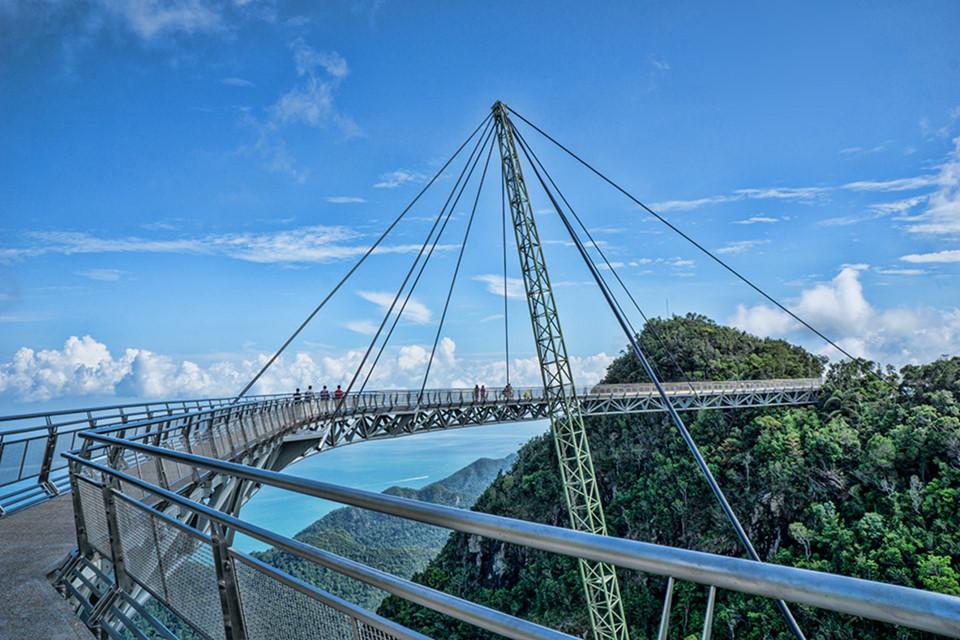 """Kiến trúc sư Mayur Kanaiya Gave, người thiết kế Langkawi Sky, cho biết: """"Vị trí trên cầu cho phép du khách tận hưởng cảm giác gần gũi với cây rừng và đời sống hoang dã"""". Ảnh: Trover."""