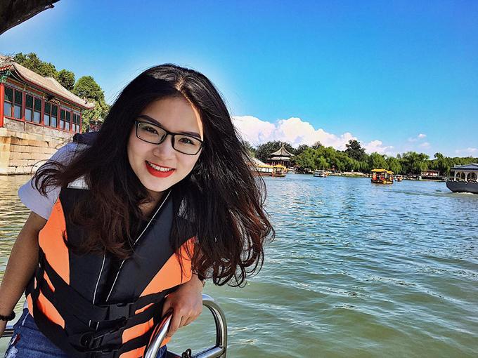 """Vào ngày mát mẻ, đi thuyền dạo trên hồ trong Di Hòa Viên là trải nghiệm tuyệt vời khiến du khách ngỡ như được """"xuyên không"""" về thời của các hoàng đế, phi tần."""