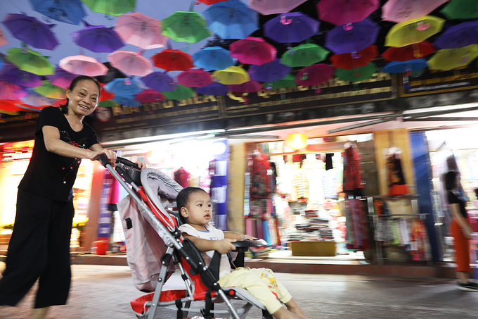 """""""Đây là lần đầu tiên làng lụa tổ chức hoạt động văn hoá có treo ô và đèn dọc tuyến phố. Là người dân ở đây nhưng tôi cảm nhận rõ sự mới lạ, hấp dẫn trong không khí của làng những ngày qua"""", bà Lan chia sẻ."""