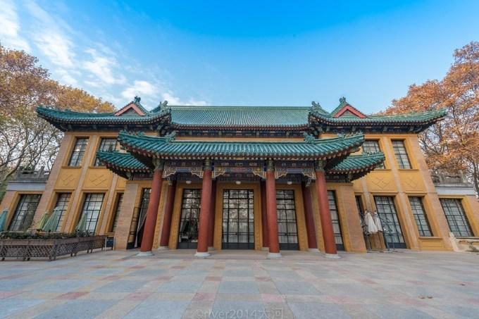 Cung điện Meiling (Mỹ Linh) tọa lạc trên đỉnh đồi Xiaohong (Nam Kinh, Trung Quốc) được xây từ năm 1931 đến 1934 là một trong những điểm du lịch trọng điểm hút khách nhất Nam Kinh. Nó được đặt theo tên của phu nhân Tưởng Giới Thạch do lúc sinh thời, bà thường xuyên sống ở đây. Cũng có nguồn tin truyền miệng rằng, đây là món quà sinh nhật mà Tưởng Giới Thạch dành tặng vợ.