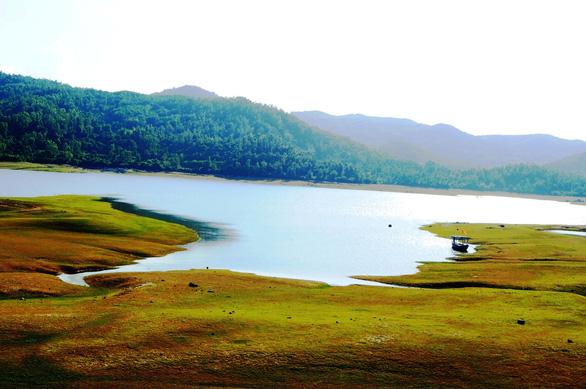 Hồ Phú Ninh đẹp thơ mộng mùa nước cạn - Ảnh: LÊ TRUNG