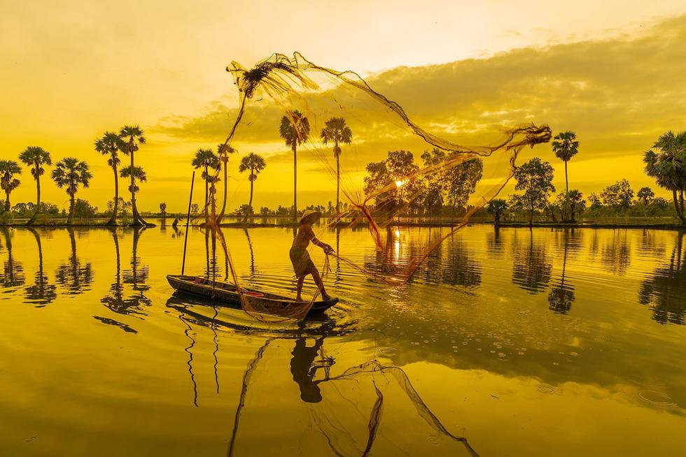 Vũ điệu ngư dân quăng chài bắt cá tại mùa nước nổi Tịnh Biên - Ảnh: MINH TRUNG