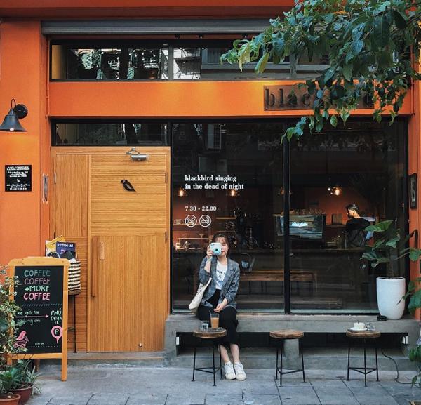 Mặt tiền của Blackbird coffee có phong cách như một quán cà phê ở Nhật Bản, Hàn Quốc. Ảnh: maikhuatt