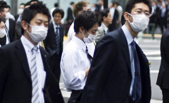 Nếu đang bệnh, hãy luôn đeo khẩu trang để tránh lây nhiễm cho người khác - Ảnh: NextShark