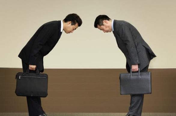 Tại Nhật Bản, việc cúi đầu khi bạn gặp ai đó, cảm hơn hoặc tạm biệt được xem là phép lịch sự - Ảnh: vix.com