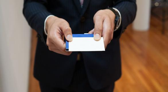Trao đổi danh thiếp là nghi thức cần thiết - Ảnh: Japanforyou.com