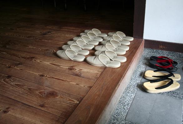 Bạn nên cởi bỏ giày trước khi bước vào nhà - Ảnh: Begin English