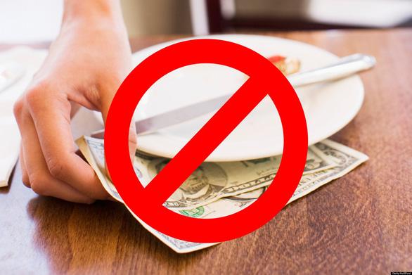 Đưa tiền boa không phải là việc bắt buộc ở Nhật - Ảnh: HuffPost