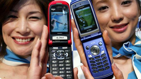 Nếu phải dùng điện thoại để nhắn tin, hãy bật chế độ im lặng - Ảnh: Yahoo Finance