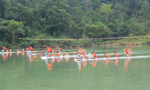 Sáng 10/11, Bắc Mê tổ chức lễ hội đua mảng lần thứ ba trên sông Gâm.