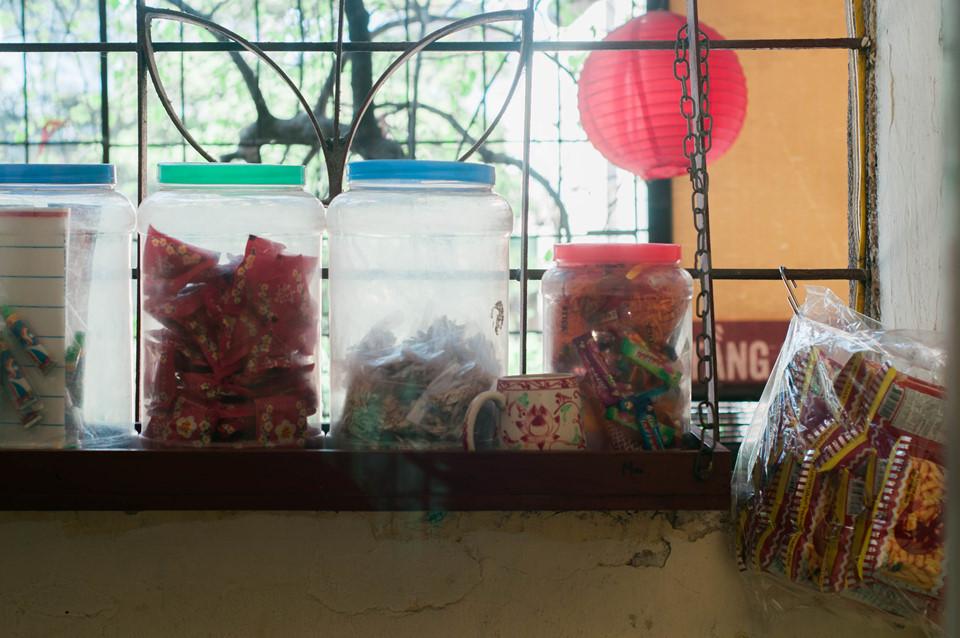 Ai từng gắn bó với Hà Nội hẳn sẽ bồi hồi khi nhớ lại những khung cửa sổ bằng sắt bám đầy bụi, chan chứa ký ức tuổi thơ.