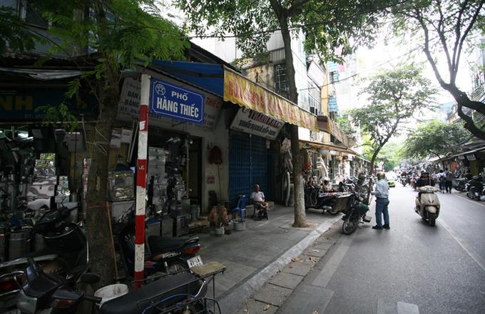 Hàng Thiếc là một phố nhỏ trong khu trung tâm Hà Nội. Qua thời gian, xã hội có nhiều đổi thay, Hàng Thiếc vẫn là một trong ít phố vẫn giữ được nghề truyền thống.