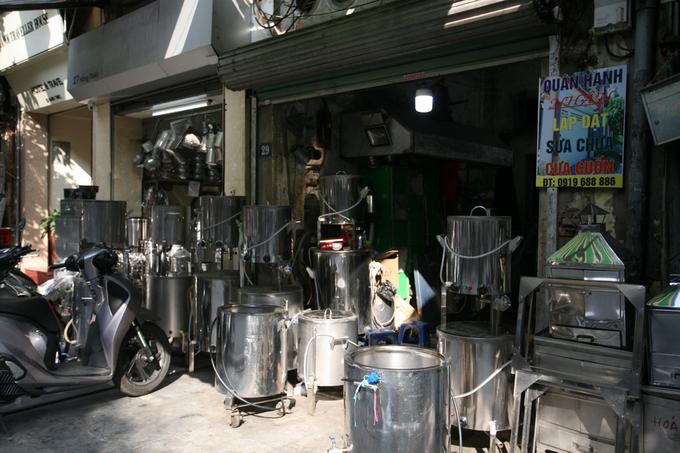 Xưa kia, phố Hàng Thiếc nổi tiếng với nghề đúc thiếc làm đồ gia dụng, những sản phẩm nổi tiếng khi đó là lư hương, ấm pha trà, khay đựng… Đến những năm giữa thế kỷ 20, do nhu cầu về đồ thiếc không còn nhiều, người thợ chuyển sang làm đồ sắt tây. Những thùng đựng dầu hỏa do người Pháp mang sang là nguyên liệu chính để gò chậu giặt, gáo múc, thùng gánh nước… Bởi vậy người Pháp đặt tên phố là Rue des Ferblanties (Phố thợ làm hàng sắt tây). Nhưng người dân Hà Nội vẫn quen gọi tên cũ là Hàng Thiếc.