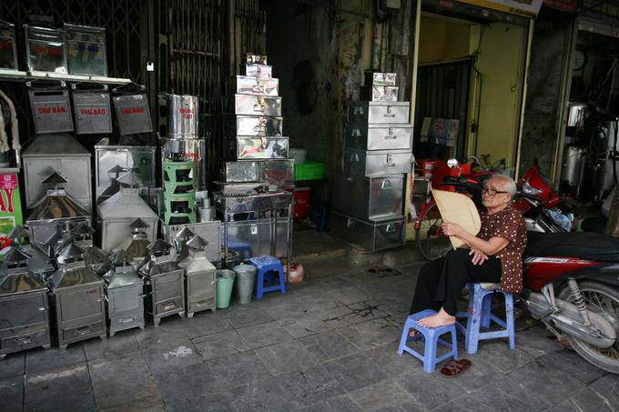 Sau này, thợ trên phố còn làm cả hàng từ tôn, kẽm tạo ra những sản phẩm gia dụng bền đẹp. Trong những năm gần đây, nhiều cửa hàng bán sản phẩm làm từ vật liệu mới là inox, phục vụ đời sống gia đình.